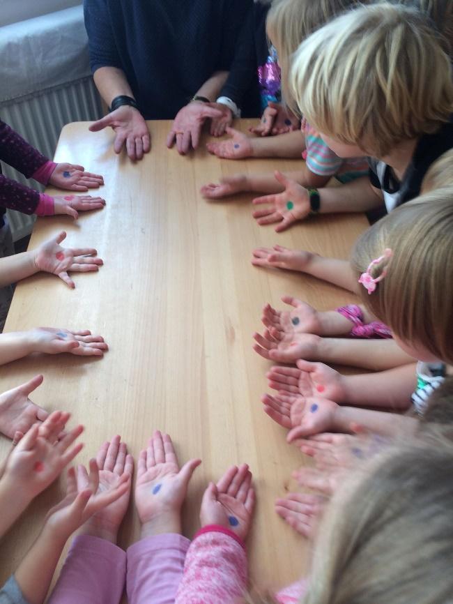 Nagyszülők Lapja - Egyedem-begyedem, ez az én tenyerem - 22 játékos mondóka a kézzel, ujjakkal